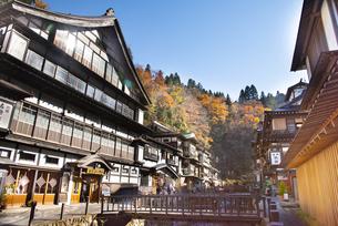 秋の銀山温泉の写真素材 [FYI04742259]