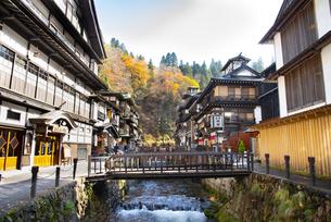 秋の銀山温泉の写真素材 [FYI04742262]