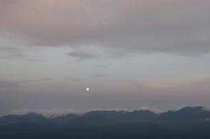 銀泉台の月の出(北海道・大雪山)の写真素材 [FYI04742323]