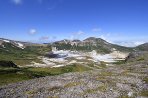 間宮岳から見たお鉢平全景(北海道・大雪山)の写真素材 [FYI04742332]