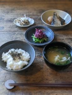 庄内地方の一汁三菜(身欠き鰊とじゃがいも煮、菊のお浸し、アケビ味噌炒め)の写真素材 [FYI04742410]