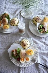 手作りパンのプレートご飯の写真素材 [FYI04742431]