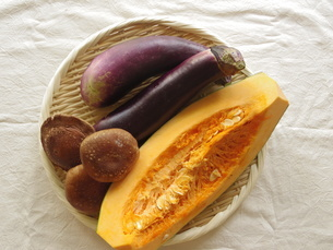 秋の野菜(南瓜、しいたけ、茄子)の写真素材 [FYI04742482]