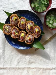発酵いなり寿司とオクラの味噌汁の写真素材 [FYI04742527]