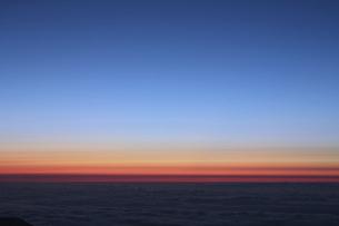 雲海と夜明けのグラデーションの写真素材 [FYI04742797]