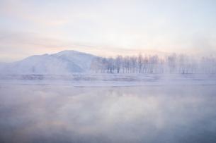 川霧立つ厳冬の早朝の写真素材 [FYI04742812]
