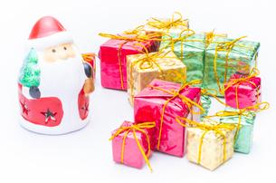 【クリスマス】かわいいサンタクロースとプレゼントの置き物 冬の写真素材 [FYI04742829]