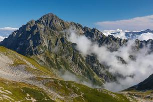 雲湧く北アルプス・剱岳の写真素材 [FYI04742838]