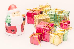 【クリスマス】かわいいサンタクロースとプレゼントの置き物 冬の写真素材 [FYI04742856]