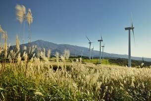 発電風車と鳥海山の写真素材 [FYI04742871]