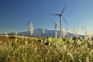 発電風車と鳥海山の写真素材 [FYI04742873]