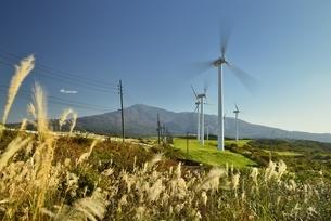 発電風車と鳥海山の写真素材 [FYI04742875]