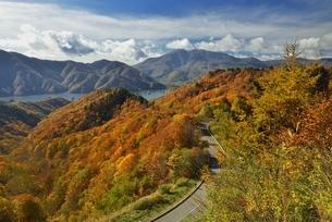 磐梯吾妻レークラインの紅葉と磐梯山の写真素材 [FYI04742932]