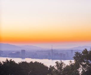 福岡県 風景 能古島より朝日を浴びる福岡市街 (百道浜方面遠望)の写真素材 [FYI04743078]