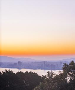 福岡県 風景 能古島より朝日を浴びる福岡市街 (百道浜方面遠望)の写真素材 [FYI04743079]