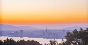 福岡県 風景 能古島より朝日を浴びる福岡市街 (百道浜方面遠望)の写真素材 [FYI04743080]