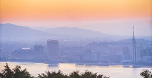 福岡県 風景 能古島より朝日を浴びる福岡市街 (百道浜方面遠望)の写真素材 [FYI04743081]