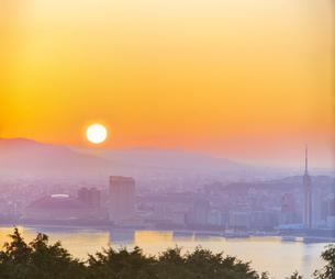 福岡県 風景 能古島より朝日を浴びる福岡市街 (百道浜方面遠望)の写真素材 [FYI04743082]