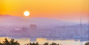 福岡県 風景 能古島より朝日を浴びる福岡市街 (百道浜方面遠望)の写真素材 [FYI04743083]