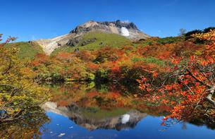 秋の茶臼岳とひょうたん池の写真素材 [FYI04743122]