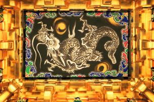 日光東照宮 陽明門の降龍画の写真素材 [FYI04743164]