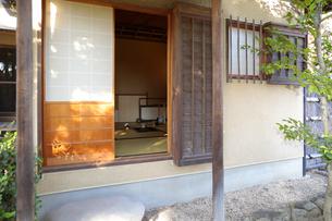 茶庭から見た茶室外観の写真素材 [FYI04743187]