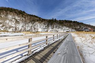 雪解けが進む湯ノ平湿原に架かる木道の写真素材 [FYI04743253]