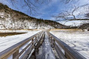雪解けが進む湯ノ平湿原に架かる木道の写真素材 [FYI04743258]