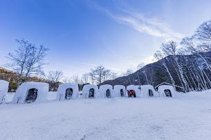 奥日光湯元温泉雪まつりのかまくらと氷の彫刻の写真素材 [FYI04743259]