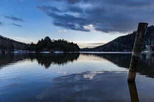 夕暮れ時の冬の静かな湯ノ湖の写真素材 [FYI04743267]