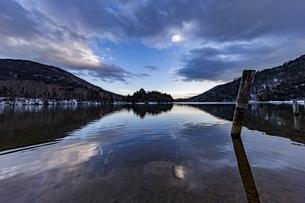 夕暮れ時の冬の静かな湯ノ湖の写真素材 [FYI04743269]