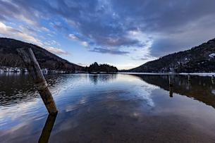 夕暮れ時の冬の静かな湯ノ湖の写真素材 [FYI04743270]