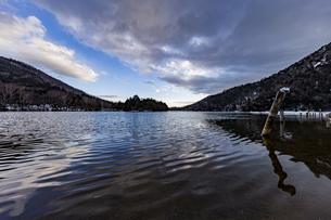 夕暮れ時の冬の静かな湯ノ湖の写真素材 [FYI04743271]