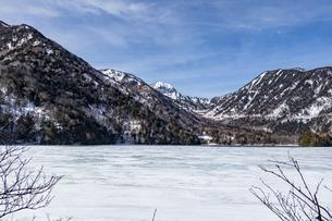 湯ノ湖を囲む山々と凍結した湖面の写真素材 [FYI04743279]