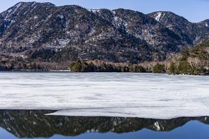 湯ノ湖を囲む山々と凍結した湖面の写真素材 [FYI04743281]