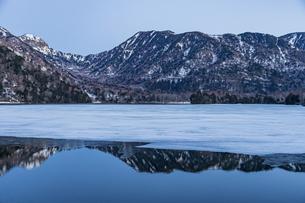 夜明けを迎える湯ノ湖と奥日光の山々の写真素材 [FYI04743283]