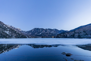 夜明けを迎える湯ノ湖と奥日光の山々の写真素材 [FYI04743284]