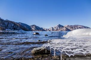 冬の中禅寺湖を覆うアイステーブルの写真素材 [FYI04743287]