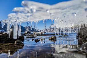 冬の中禅寺湖を覆うアイステーブルの写真素材 [FYI04743288]