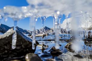 冬の中禅寺湖を覆うアイステーブルの写真素材 [FYI04743289]