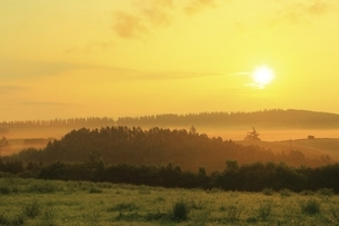 新栄の丘 朝霧と太陽の写真素材 [FYI04743472]