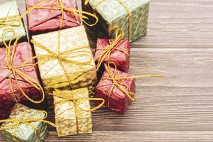 【クリスマス】かわいいプレゼントの置き物 冬の写真素材 [FYI04743687]