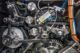 印刷機の駆動歯車群。精密機械、メカニカルイメージの写真素材 [FYI04743729]