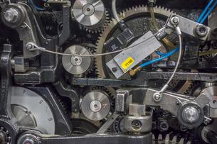 印刷機の駆動歯車群。精密機械、メカニカルイメージの写真素材 [FYI04743730]