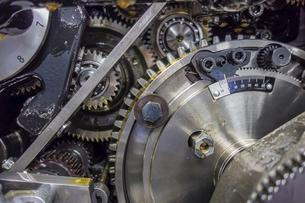 印刷機の駆動歯車群。精密機械、メカニカルイメージの写真素材 [FYI04743734]