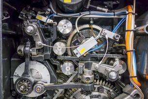 印刷機の駆動歯車群。精密機械、メカニカルイメージの写真素材 [FYI04743735]