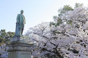九段の桜と品川弥二郎像の写真素材 [FYI04743903]