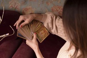 オラクルカードをする女性の写真素材 [FYI04744076]