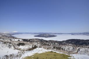 春の美幌峠(北海道・弟子屈町)の写真素材 [FYI04744091]