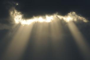 雲から射す斜光(鹿児島県・出水市)の写真素材 [FYI04744093]